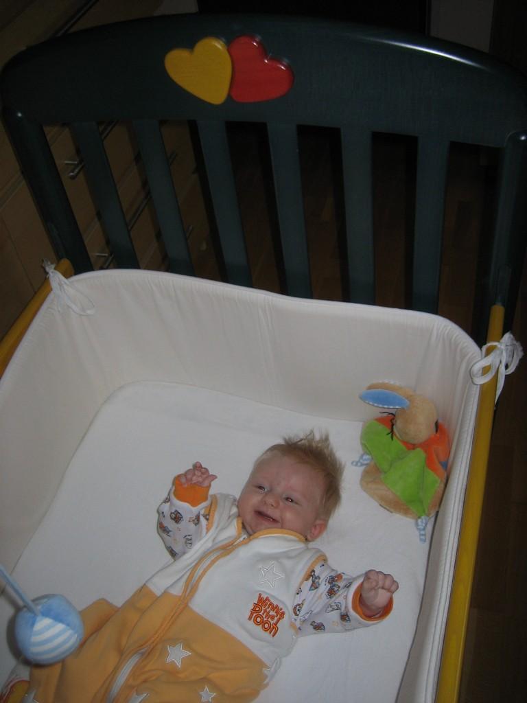 kleiner Mann im großen Bett