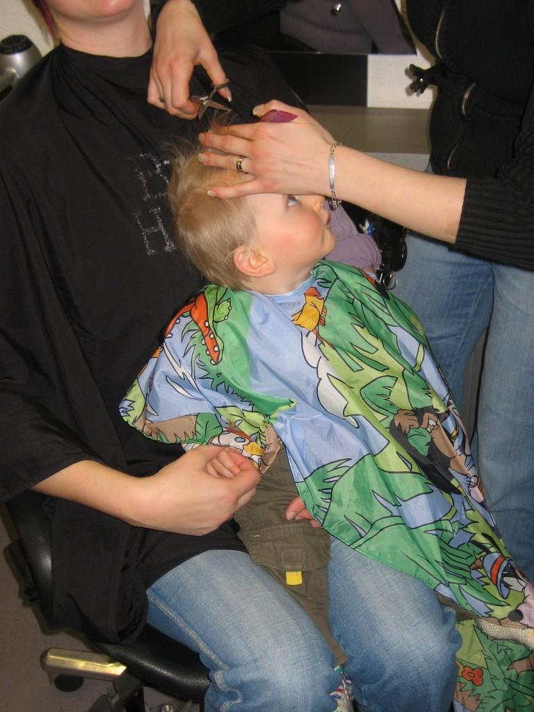 Max beim Friseur
